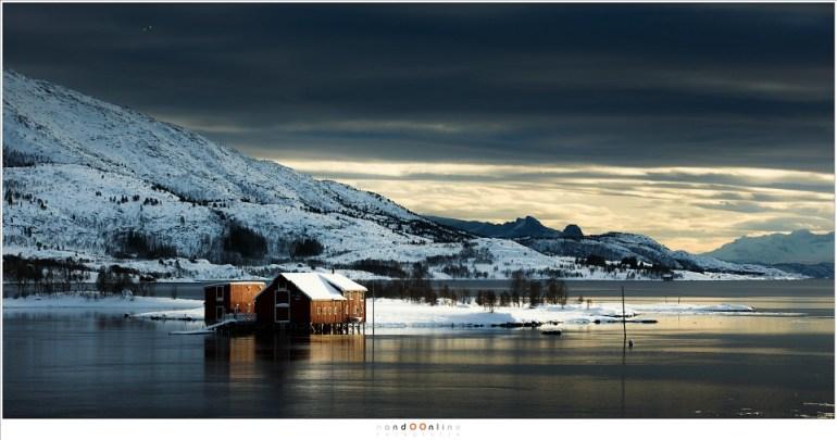 Kanstadholmen, het eiland in Indrefjorden waar de rorbu in een prachtig licht gezet is.