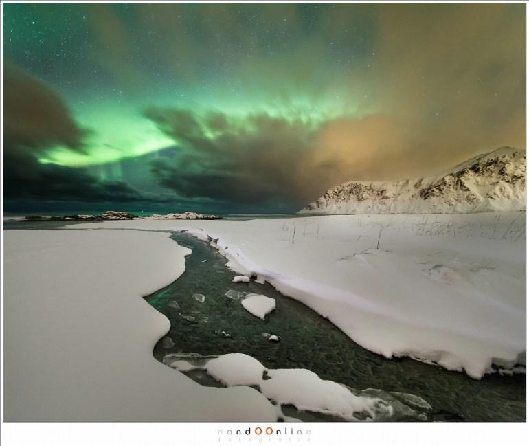 Aurora Borealis boven het strand van Skagsanden, als de fotografen verdwenen zijn en de volgende sneeuwbui in aantocht is