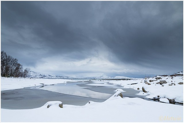 Dreigende wolkenluchten vol met sneeuw.