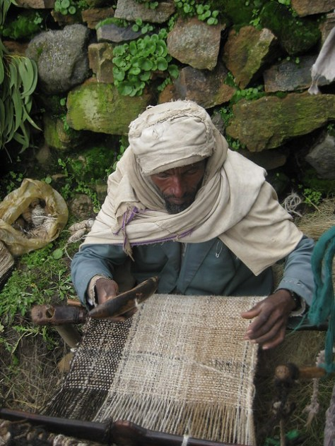 Weaving a woollen zietett blanket in Guassa