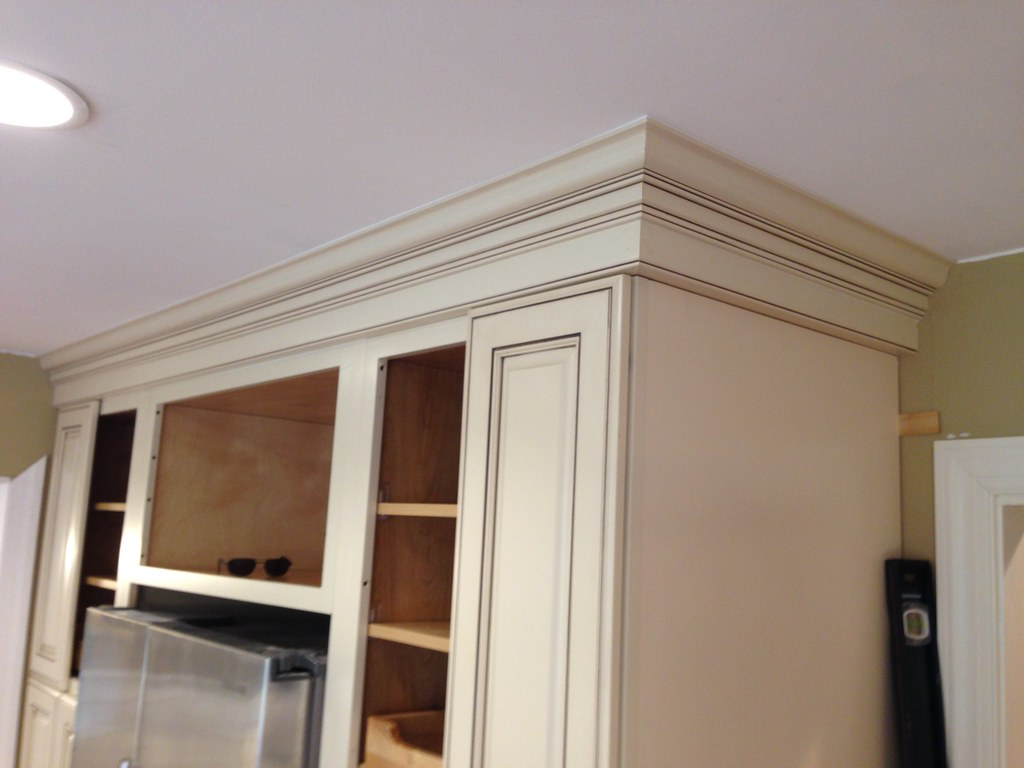 White Kitchen Cabinets With Crown Molding