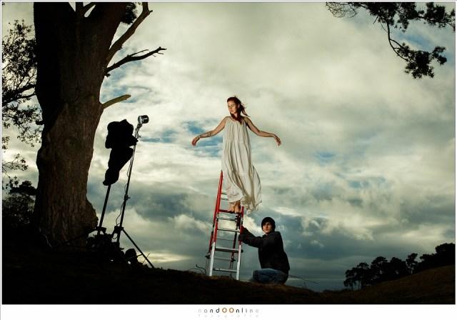 Poseren in een dunne jurk, terwijl een kille wind die over de heuvel waait. Eenmaal compositie en licht goed, kan het fotograferen in deze situaties snel gaan.