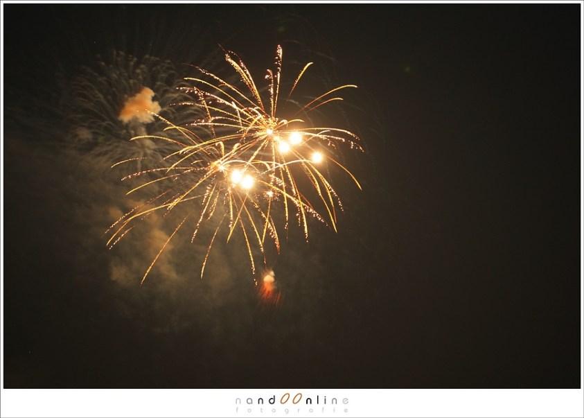 Alleen vuurwerk op de foto kan natuurlijk ook. Het is een kwestie van wat je mooi vindt. Maak eventueel beiden; zowel met voorgrond als alleen de