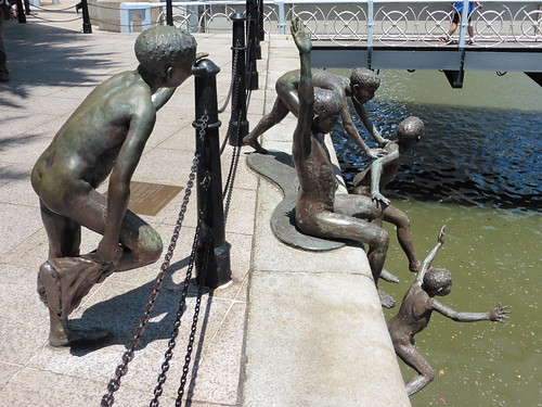 Estatua urbana The First Generation (2000) de Chong Fah Cheong, situada cerca de The Fullerton Hotel, en Singapur.