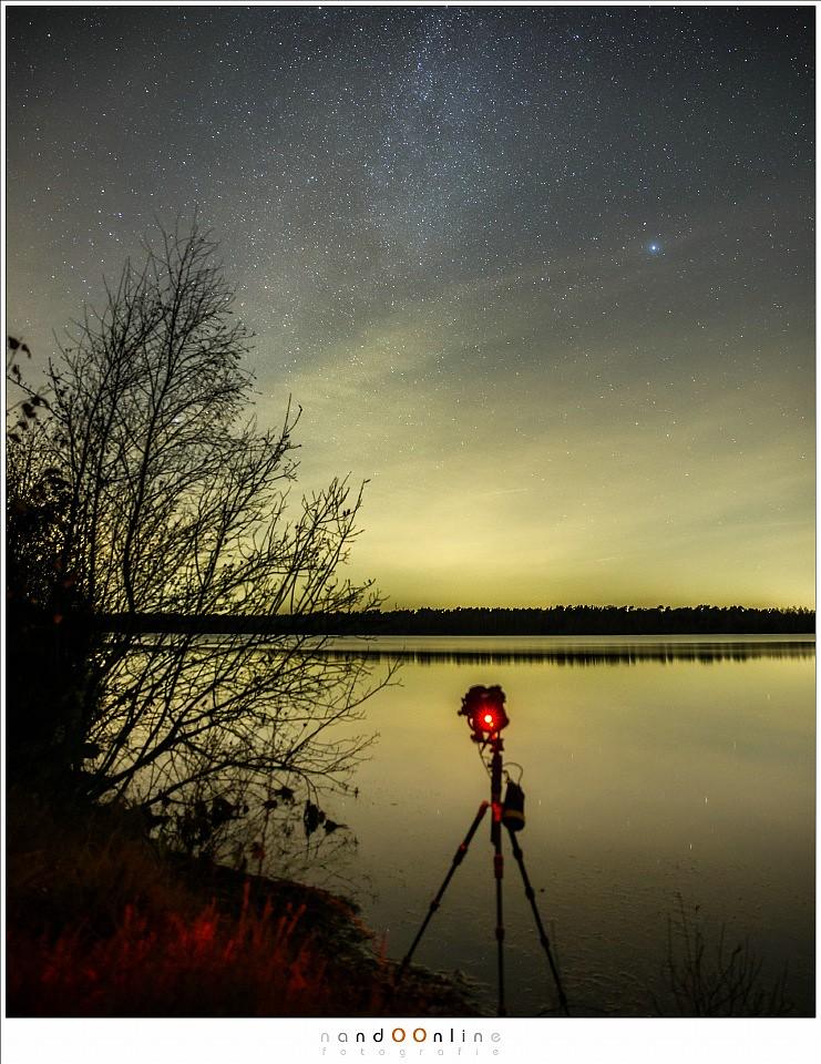 De lengte van de belichtingstijd is niet erg belangrijk voor vallende sterren, een hoge ISO en groot diafragma wel. De belichtingstijd is afgehankelijk van de hoeveelheid licht dat er in de lucht is. Hoe donkerder de locatie, hoe beter het gaat.