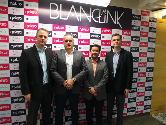En la oficina de Cubo Negro, Chuao, para el lanzamiento de Nekso Caracas, observamos de izquierda a derecha: Ramón García Director de Mercadeo, Andrés Serra Director de Desarrollo de Negocios, Miguel Santana Country Manager y Álvaro Díaz, Director de Operaciones. Foto 2002 Marketing Group