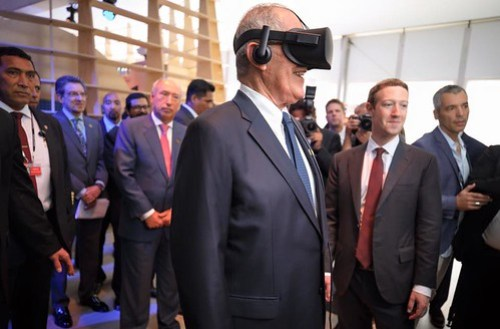 Demostrando al presidente de Perú Pedro Pablo Kuczynski Godard, el poder de la Realidad Virtual.