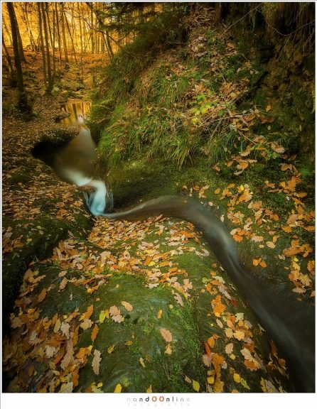 Als een lang beweegt het water zicht tussen de gladde rotsen door, op weg naar beneden. (17mm, f/11, ISO100, 15sec)