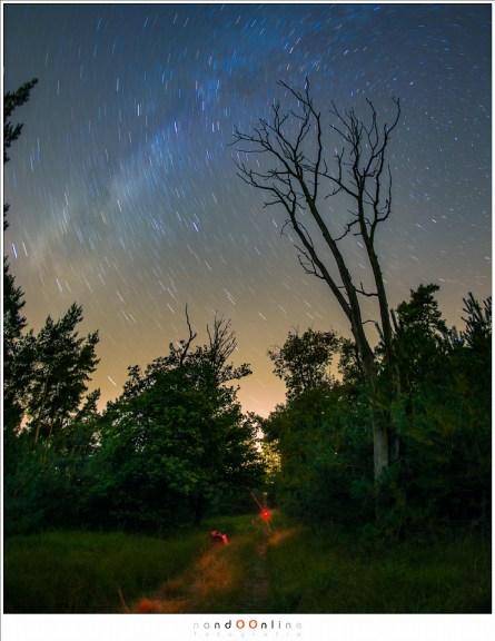 Fotograferen van een sterrenspoor: een enkele opname van 10 minuten met f/2,8 en ISO800 met 15mm fisheye. Het rode licht is van mijn rode zaklamp (rood licht verblind niet)