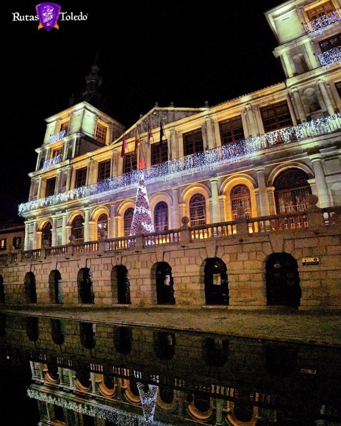 En los arcos inferiores del Ayuntamiento se encuentra una de las oficinas turísticas de Toledo. Toledo Turismo