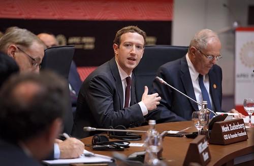 Mark participa en una mesa redonda sobre la conectividad con los líderes del mundo.