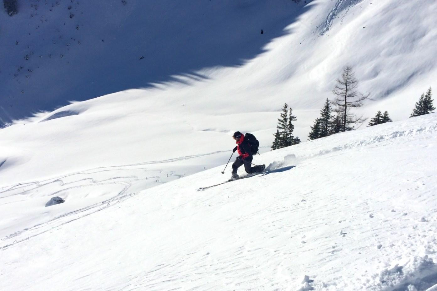 Kolem sedla větrem utažený sníh vyžaduje ostražitost