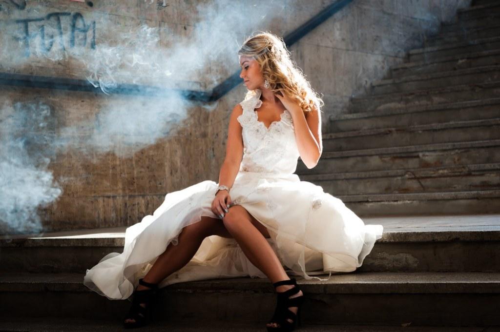 Imagen gratis de una novia vestida con su traje en una escalera