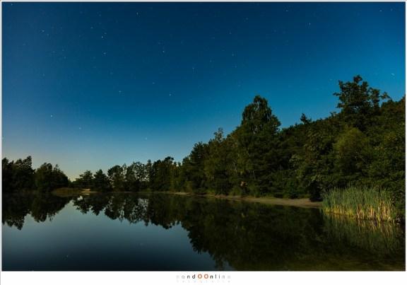 Maanverlicht landschap, uren voordat de verduistering plaats vond. Het lijkt bijna daglicht, maar de sterren aan de hemel vertellen een ander verhaal. (ISO1600 - f/4 - 30sec met 24mm brandpunt)