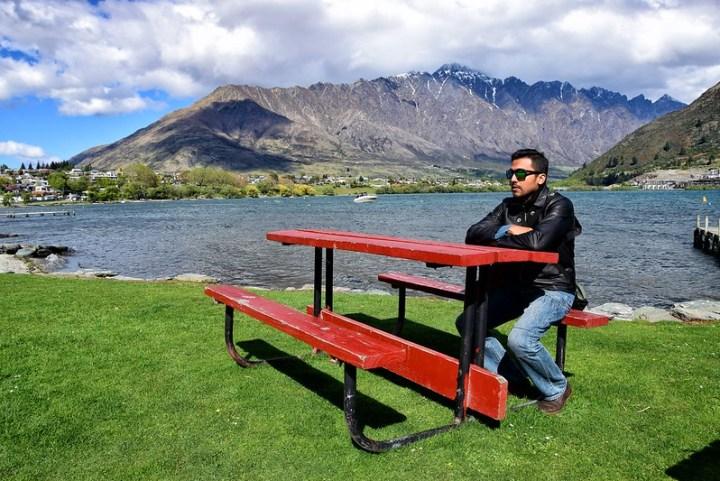 Khalid posing tak hingat kat kerusi merah yang menarik ni