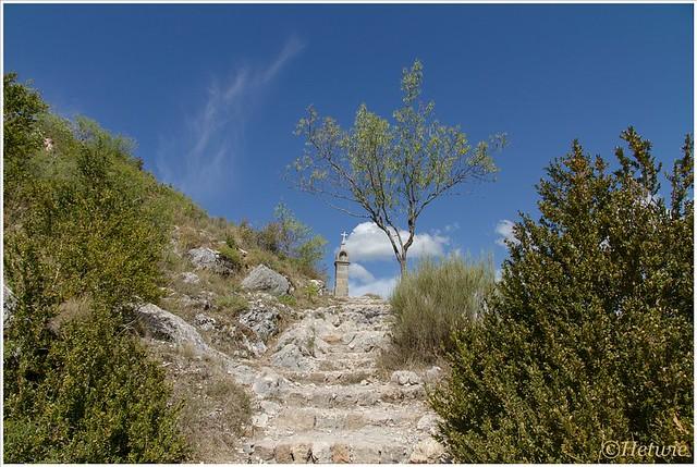 Het pad naar de kapel gaat over steile oude uitgesleten trappen. maar het uitzicht is erg mooi.