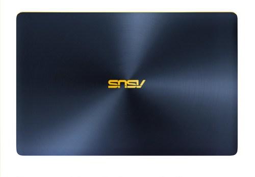 Es fabricada en sola pieza de aluminio aeroespacial con el acabado concéntrico característico de las ZenBook.