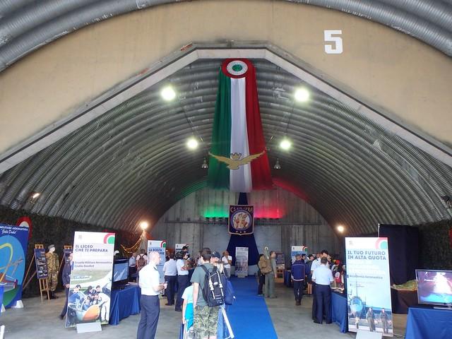 Esposizione in un hangar di Rivolto