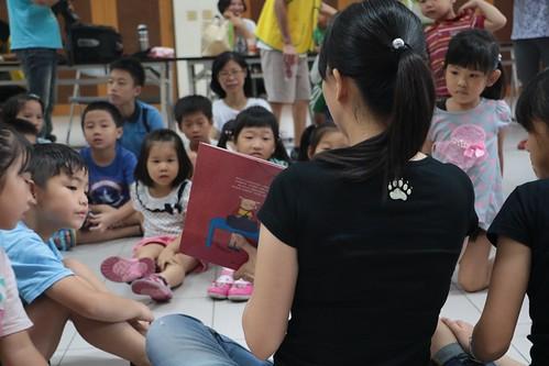 到台南將軍區圖書館說故事、做勞作:《驚喜的禮物》。塗鴉紙衣裳