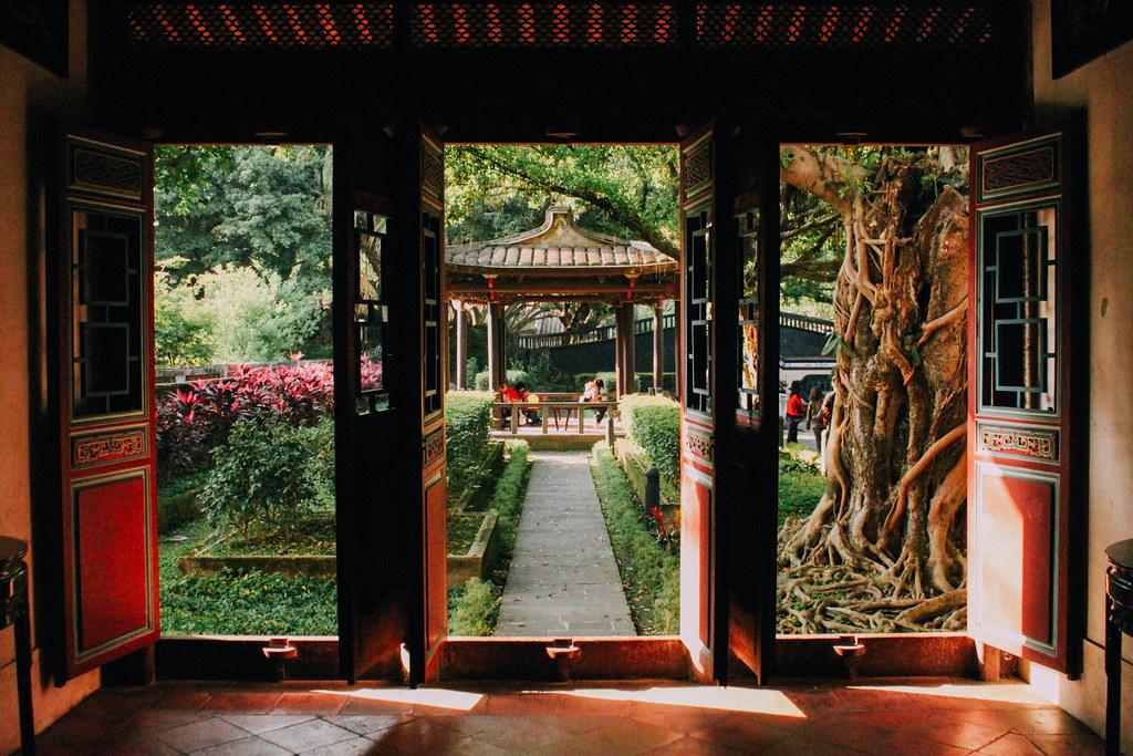 Puerta tradicional china en los Jardines de la familia Lin