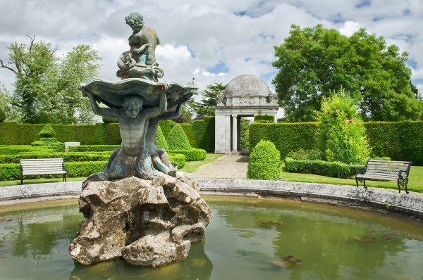english garden fountains water features Water in English Gardens (6 of 33)   Fountain in Italinate