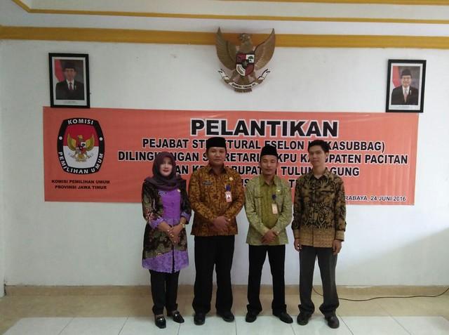 Pejabat Eselon IV KPU Kab.Tulungagung, Nanang Eko Prasetyo (dua dari kiri) dan Much. Anam Rifai (dua dari kanan)