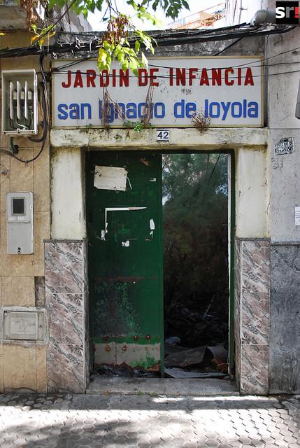Este jardín de infancia, abandonado a su suerte en la calle Estornino, es una muestra de la escasez los recursos para educación que sufre Tres Barrios