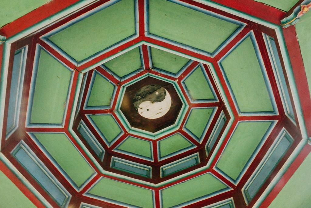 Numerosos elementos de la arquitectura o de la teología china pueden encontrarse en los edificios