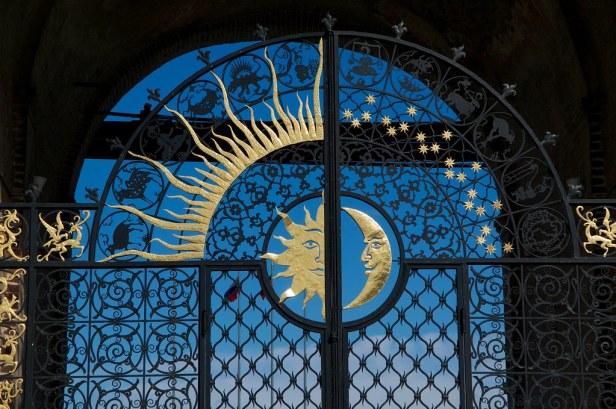 Башня Сеюбюке. На распашных воротах изображены солнце и луна.