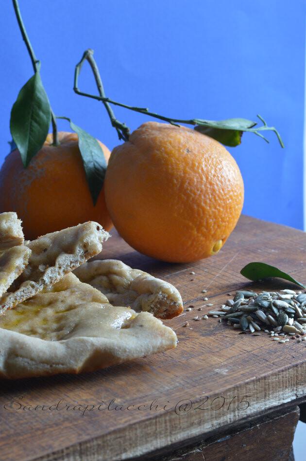 Schiacciata al profumo di arancia e semi mediterranei