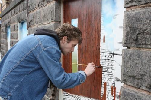 Se fantasins fönster genom stadens plank. Simon Zetterman.
