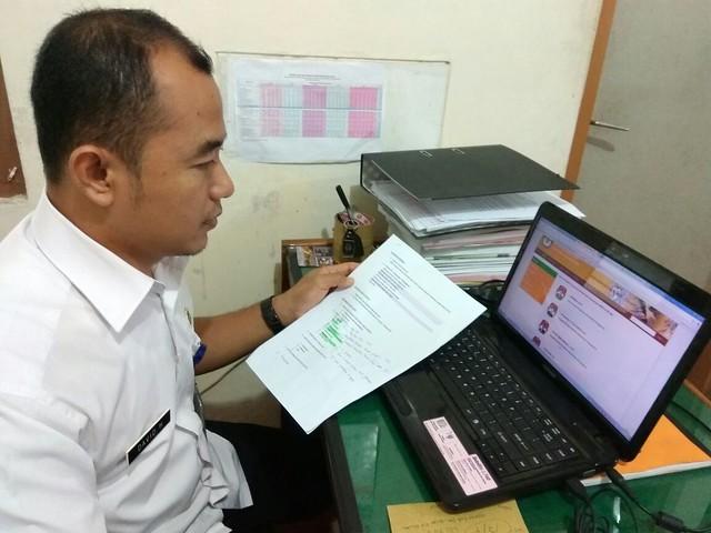 David Hartanto, salah satu Tim Penghubung PPID KPU Kab. Tulungagung tengah updating data di laman e-ppid