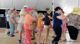 Belajar menari bersama dengan iringan musik country.