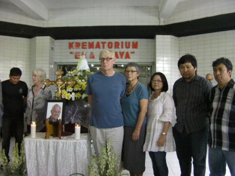 Peti Ben di depan krematorium Eka Praya, Surabaya, 19 Desember 2015.