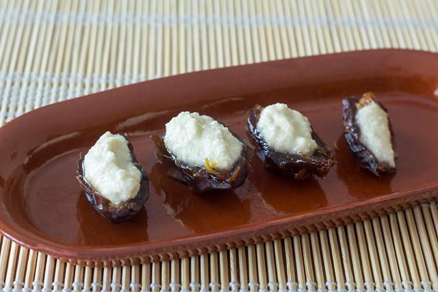 Dátiles rellenos de queso de almendras con jalapeños