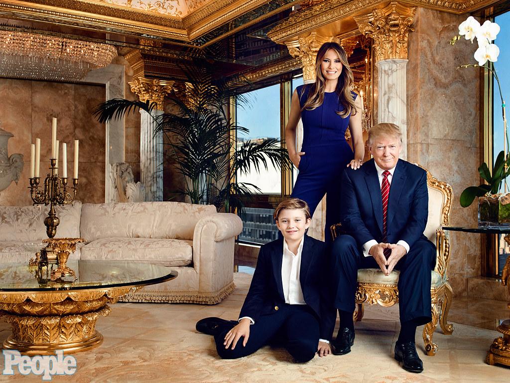 圖說:已經10歲的Barron跟爸媽在自家豪宅拍照。