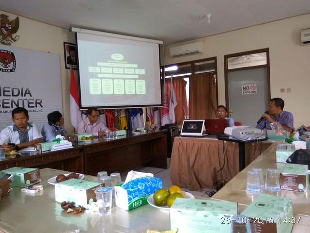 Suyitno Arman saat memaparkan Mekanisme Pemberitaan di Website KPU Tulungagung(28/10)