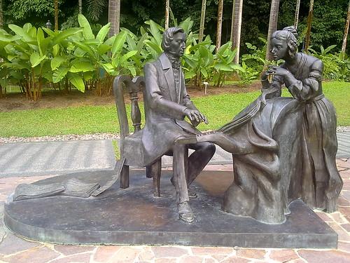 Estatua urbana Chopin (2008) de Karol Badyna, situada cerca del Symphony Lake, en Singapur.