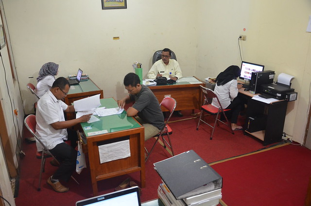 Para pegawai KPU Kab.Tulungagung saat melayani permintaan data(10/6)