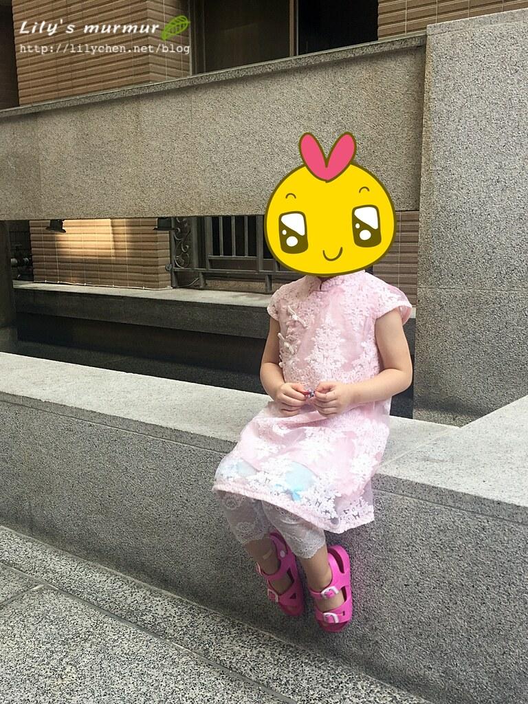 讓小妮坐這樣拍照,一瞬間變淑女!