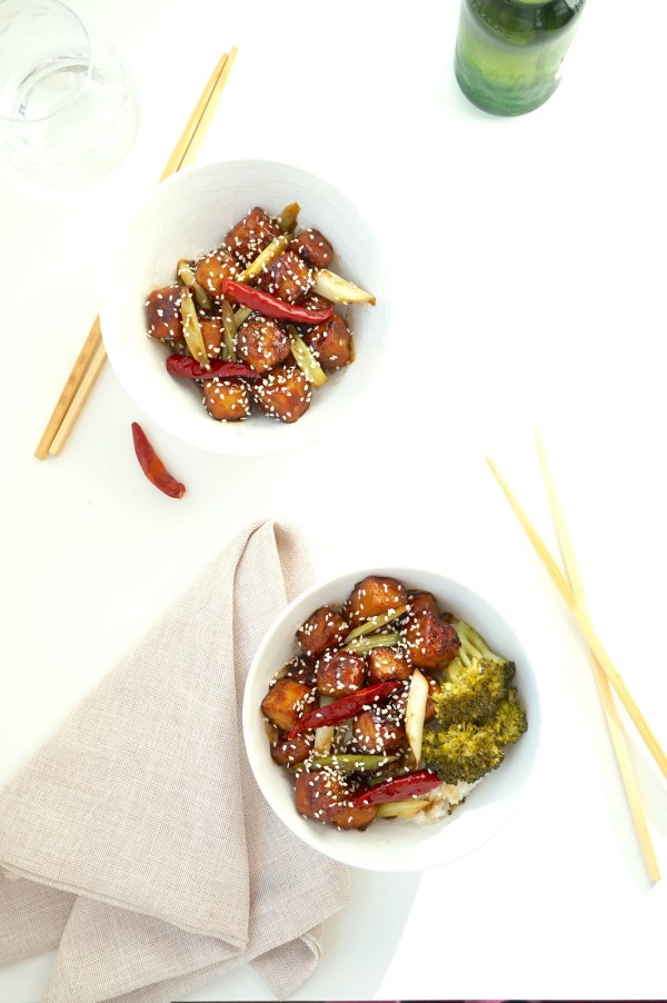General Tsos Tofu Bowls with Sesame Seeds | thelittleredspoon.com