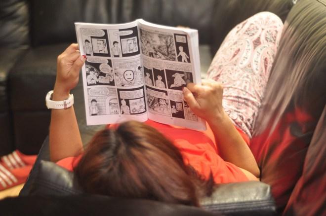 R reading 'Understanding comics' - a comic book about comic books