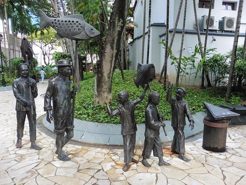 Estatua urbana Indian Settlers y Beginning, situada en Telok Ayer Park, en Singapur.