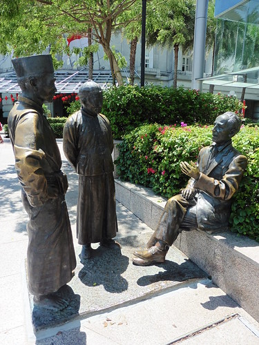 Estatua urbana The River Merchants (2003) de Aw Tee Hong, situada cerca de Maybank Tower, en Singapur.