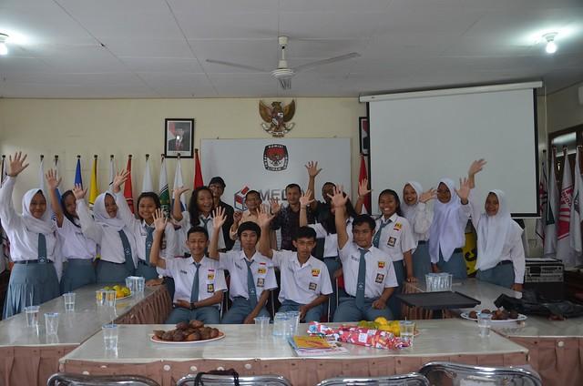 Suasana kunjungan SMA Negeri 1 Tulungagung ke KPU Tulungagung(21/11)