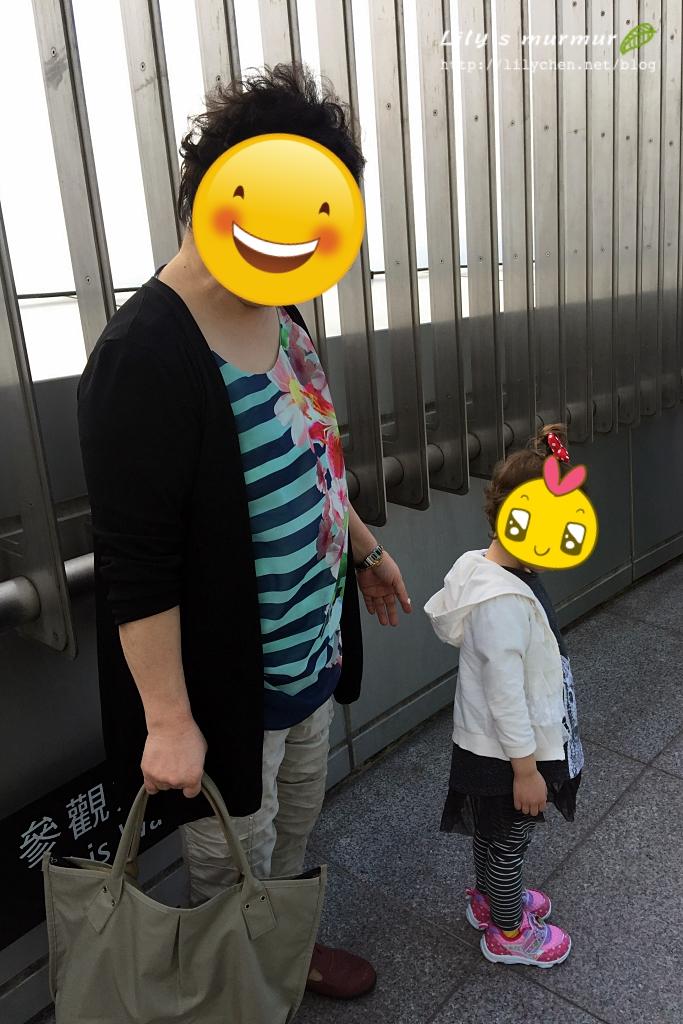 老媽跟小妮在91F觀景台,小妮一臉疑惑這是哪裡。