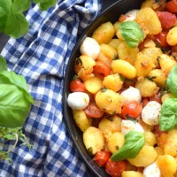 Smörstekt gnocchi med färska tomater och mozzarella