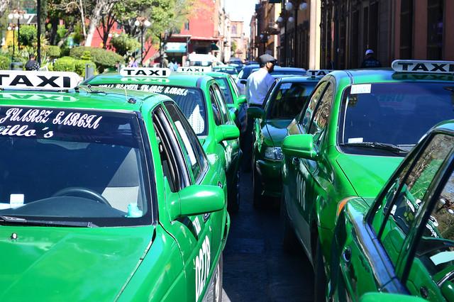 Taxistas de Unesta y Alfa cero se manifiestan contra Uber