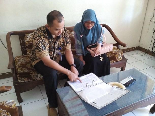 Petugas Desk PPID saat melayani permintaan data(19/7)