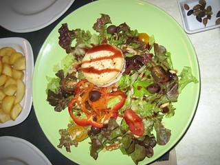 Refrescante ensalada ofrecida en el restaurante del Ecologic Camping Lava.